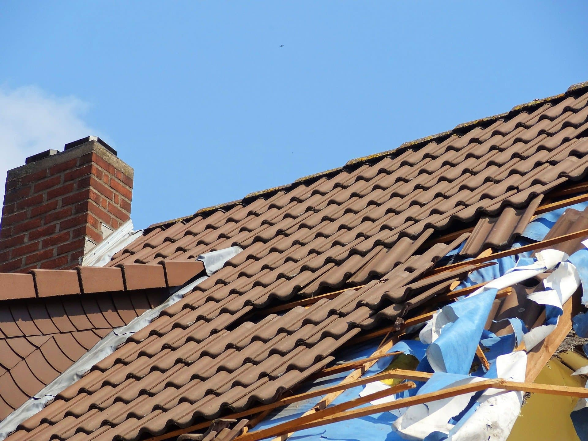 Grundstückseigentümer haften für Schäden durch umherfliegende Bauteile bei Sturm